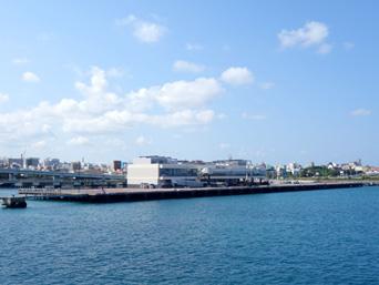 那覇の那覇港大型旅客船バース「仮設的に作られた施設」