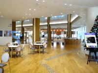 那覇の沖縄県立図書館 - オープン直前の図書館内の様子