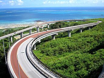 南部のニライカナイ橋「ダイナミックな橋の造形とその先の海」