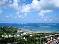 南部のニライカナイ橋 - 遠くに久高島も見えます