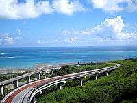 南部のニライカナイ橋 - まさに海へ向かって延びる道路