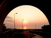 南部のニライカナイ橋 - 展望台下のトンネルも注目