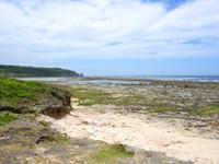 南部の米須海岸/大度海岸の穴場の入口 - 遠くに見えるのが大度海岸