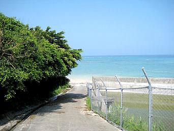 喜屋武漁港南のビーチ