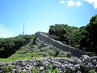 南部の糸数城跡 - 石垣が高くそびえています