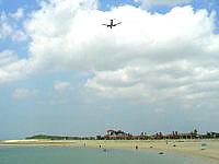 南部の豊崎美らSUNビーチ/ちゅらさんビーチ - 北風時は飛行機が上空を通過します
