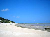 南部の新原ビーチ/ミーバルビーチ - 砂浜が百名ビーチまで続いています