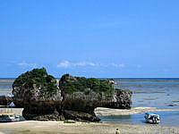 南部の新原ビーチ/ミーバルビーチ - 新原ビーチと言えばあこの岩が特徴的