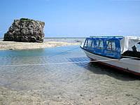 南部の新原ビーチ/ミーバルビーチ - 新原ビーチには数多くのグラスボート