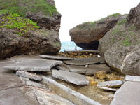 大神島の半周道路終点 - 近年の台風で一部崩壊