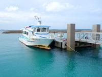 大神島の大神港/大神漁港 - 浮き桟橋に停泊する定期便「スマヌかりゆす」