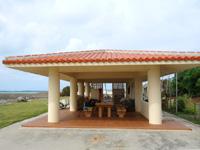 大神島の大神港/大神漁港 - 待合所は屋根のみでトイレ別の場所です