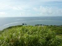 大神島の遠見台からの景色 - 南の景色は多目的広場や集落