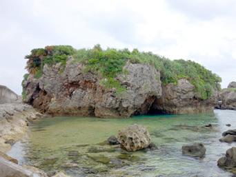 大神島のカミカキス/多目的広場前の海「大きな岩場がある潮溜まりの海」