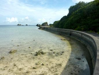 大神島の半周道路「まさにシーサイドロードの大神島の半周道路」