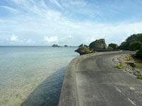 大神島の半周道路 - この防波堤の上を歩くのが気持ちいい