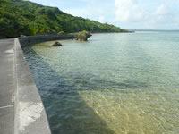 大神島の半周道路 - 浅瀬の海を眺めながら歩けます