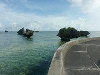 大神島の半周道路 - ノッチなどの岩々を望みながら歩けます
