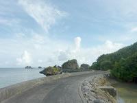 大神島の半周道路 - 終点近くは右側にも海の水が!?