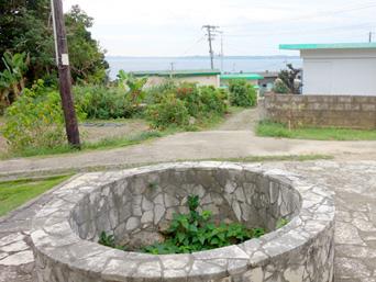 大神島の井戸/遠見台入口「まさに大神集落のシンボル的な井戸」