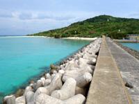 大神島のタカマ/大神港脇の海 - 防波堤の先まで行くと海も島も一望