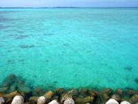 大神島のタカマ/大神港脇の海 - 池間島側の海の色がかなりヤバイ