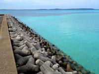 大神島のタカマ/大神港脇の海 - 島尻港を見るとこんな感じ