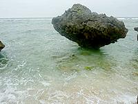 大神島のプナイパーの浜 - ノッチをかなり近くで望めます