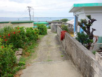 大神島の大神集落/大神島離島振興コミュニティセンター「高台にある大神島の集落」