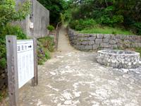 大神島の遠見台への道 - 遠見台への入口には絵になる井戸あり