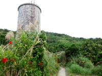 大神島の遠見台への道 - 給水塔的なものが入口すぐにあります