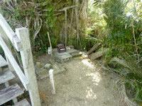 大神島の遠見台/トゥンバラ - 遠火台すぐ脇には拝所なのか賽銭箱も有り