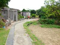 大神島の大神島横断 遊歩道東側 - 集落の東側から始まります