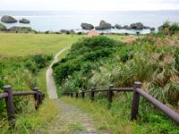 大神島の大神島横断 遊歩道東側 - 多目的広場がゴールです