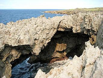 沖永良部島のフーチャ/潮吹き洞窟「海に向かって洞窟ができています」