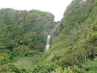 沖永良部島の沖泊の滝「滝は視線のかなり上にあります」