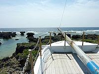 沖永良部島のうじじ浜/ウジジ公園/カナダ帆船慰霊の地 - やっぱり船のオブジェは乗らないと!