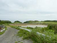 沖永良部島の沖泊の滝の上/貯水池 - この貯水池の先が滝?