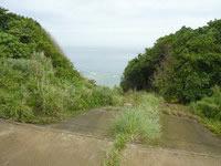 沖永良部島の沖泊の滝の上/貯水池 - 斜面を下りると滝の一番上に?