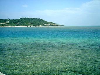 奥武島の東の海(遠くに新原ビーチ)「遠くに新原ビーチや某演出家の家が見えます」