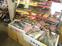 奥武島の奥武島いまいゆ市場 - 魚一本でも売っています
