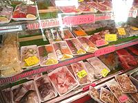 奥武島の奥武島いまいゆ市場 - 切り身もあるけど全般的に高い
