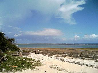 奥武島の南の海「防波堤の先には海が広がっています」