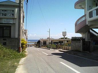 奥武島の島の中央部「島には中央を抜ける道もあります」