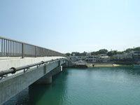 奥武島の奥武橋 - 橋の脇の海はまさに海峡
