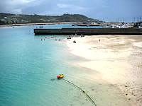 奥武島の奥武ビーチ - 干潮時は良いですが満潮時は砂浜が無くなる?