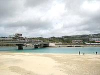 奥武島の奥武ビーチ - てんぷらを食べながらぼぉ〜っとするのも良いかも
