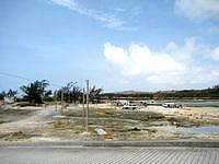 奥武島の奥武島西の海 - カヌーなどのショップもよく来ています