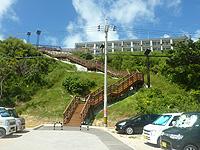 瀬長島の北の階段 - 海のそばの駐車場に接続