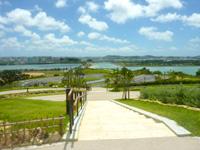 瀬長島の展望公園 - 高台に駐車場も完備